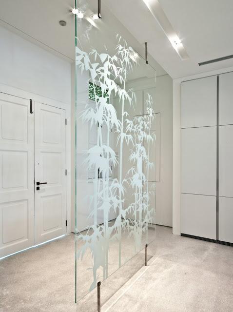 Desain interior ruko hitam putih, inspirasi pintu masuk lantai dasar