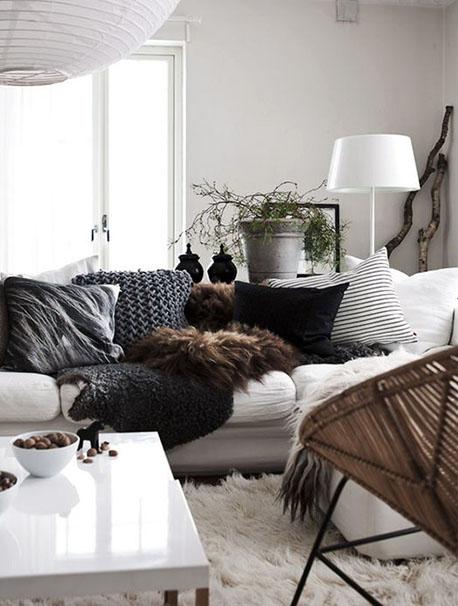 décoration salon noir et blanc canapé blanc coussins noirs