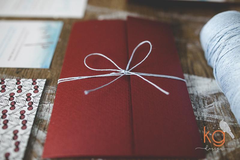 Save The Date, zaproszenia ślubne, dodatki ślubne, marsala, turkus, niebieski, akwarelowe, okładka, akwarele, ręcznie robione, czerwony, oryginalne, nietypowe zaproszenia ślubne, okładka z kieszonką, marsala, turkus, pantone, Save the date, STD, dodatki ślubne,  winietki, zawieszki, ozdobne karteczki, plakat love story, wyjątkowe, akwarelowe zaporszenia i dodatki ślubne, KG Design Bochnia, Kraków, Warszawa, Katowice, karteczka na kołacz, naklejki na ciasto, na wódkę, zaproszenie z motywem czereśni, wiśni, wisienki, zaproszenie w kieszonce,