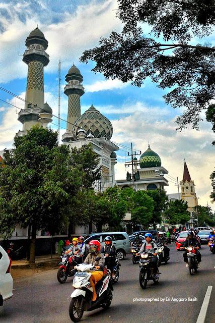 Masjid dan gereja berdampingan di alun-alun Kota Malang.