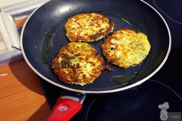 Tortitas de patata, calabacín y queso con pisto de verduras