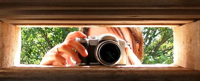 """Fotografi dalam bahasa Inggris adalah """"Photography"""" yang sebenarnya berasal dari bahasa Yunani yaitu """"photos"""" yang berarti cahaya dan """"Grafo"""" yang berarti melukis atau menulis adalah proses menulis atau melukis dengan menggunakan media cahaya. Secara umum, fotografi adalah """"Proses atau metode untuk menghasilkan gambar atau foto dari suatu objek tertentu dengan merekam pantulan cahaya yang mengenai objek tersebut pada media yang peka terhadap cahaya"""""""