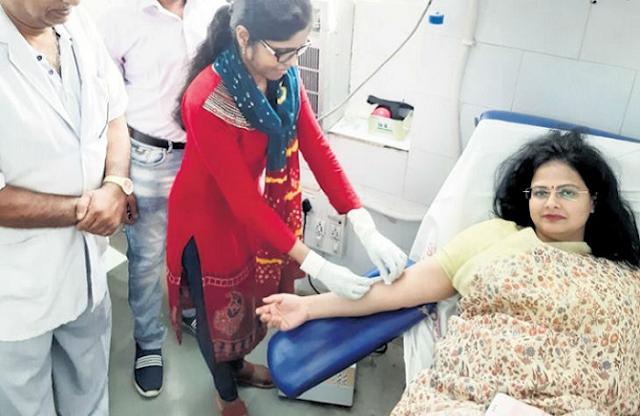 ब्लड बैंक में नहीं था ब्लड, कलेक्टर तुरंत रक्तदान कर बचाई महिला की जान | RAJGARH NEWS