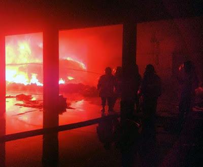 kebakaran-plastik-pabrik