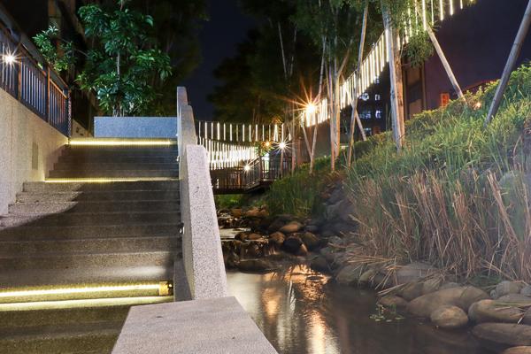 台中綠川水岸廊道夜景,海底世界水母、燈籠魚陪伴浪漫約會