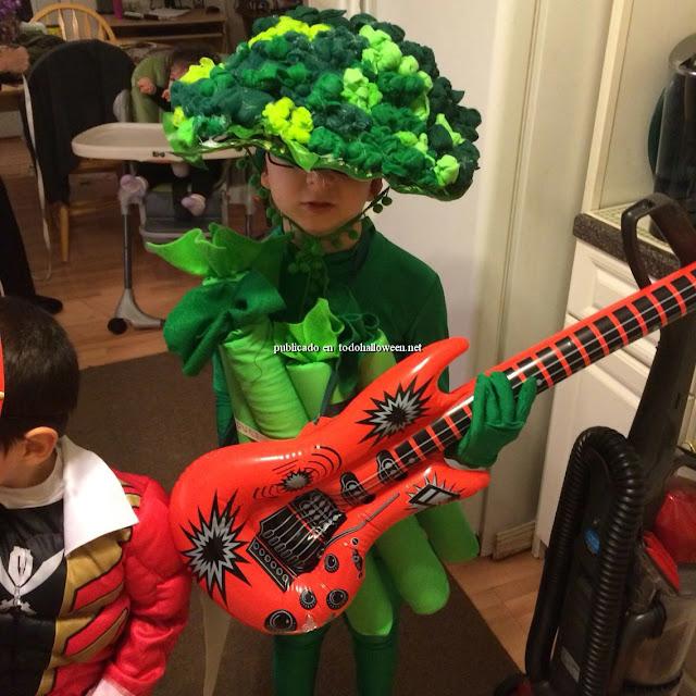 El brócoli guitarrista, un divertido disfraz de brócoli para niños