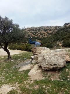 عمر جوارنة فوق الصخرة