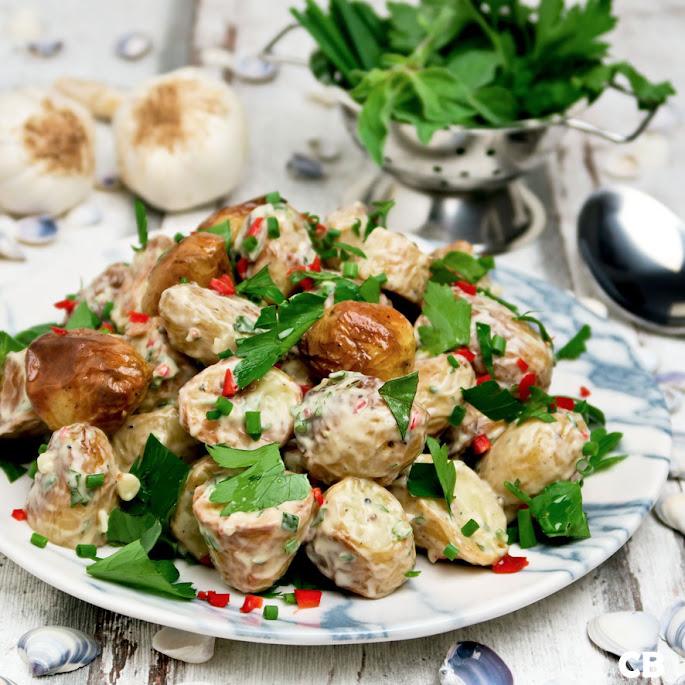 Aardappelsalade van ovenkrieltjes met knoflooksaus en tuinkruiden