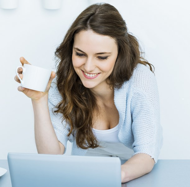buah dada cewek keliahatan sedang main laptop