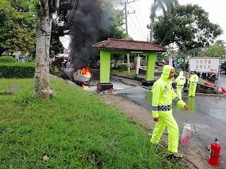 Sebuah Kendaraan Jenis Xenia Terbakar di Perumnas Hartono Kalianda