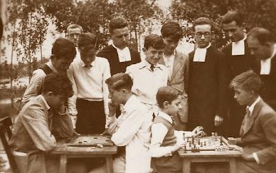 Puget, jugando el torneo de ajedrez en su escuela