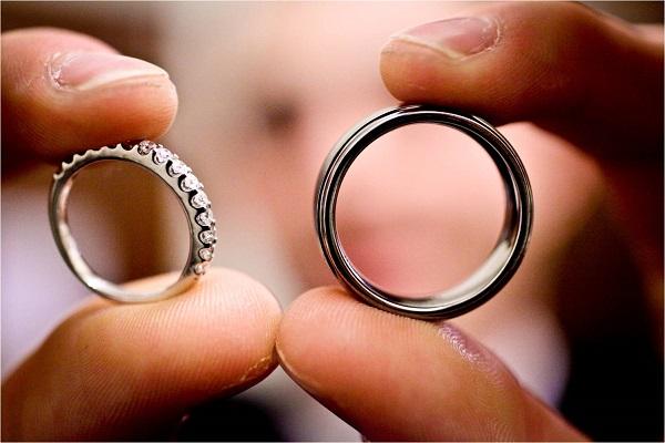 Apa Yang Memberdakan Sebuah Cincin Nikah Dan Cincin Tunangan