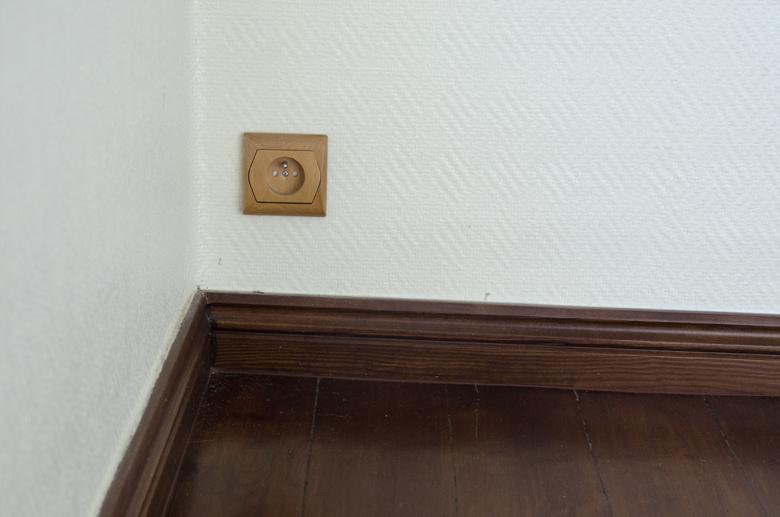 drewniane gniazdko elektryczne