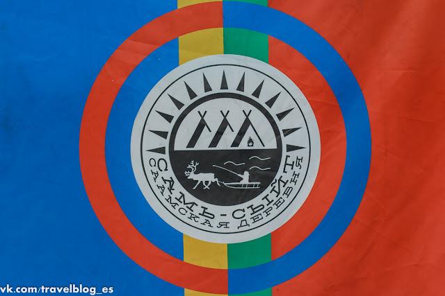 Логотип Самь Сыйт на полотнище флага саамов