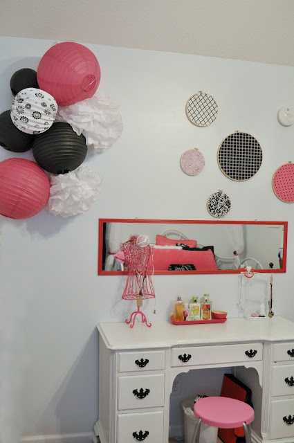 pink and black bedroom, white desk, pink and black bedroom decorations