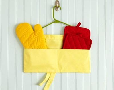 Gantungan baju menjadi gantungan serbet dan sarung tangan oven