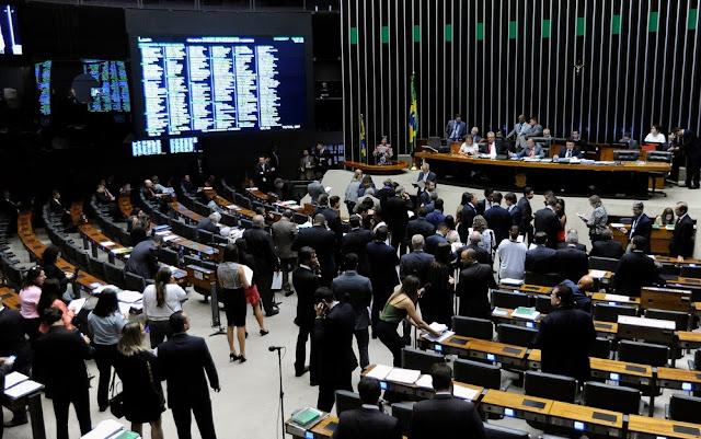 Deputados reunidos em plenário durante análise do projeto que cria a ICN (Foto: Lúcio Bernardo Júnior/Câmara dos Deputados)