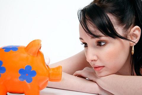 Noiva pensando em como conseguir dinheiro para o seu casamento