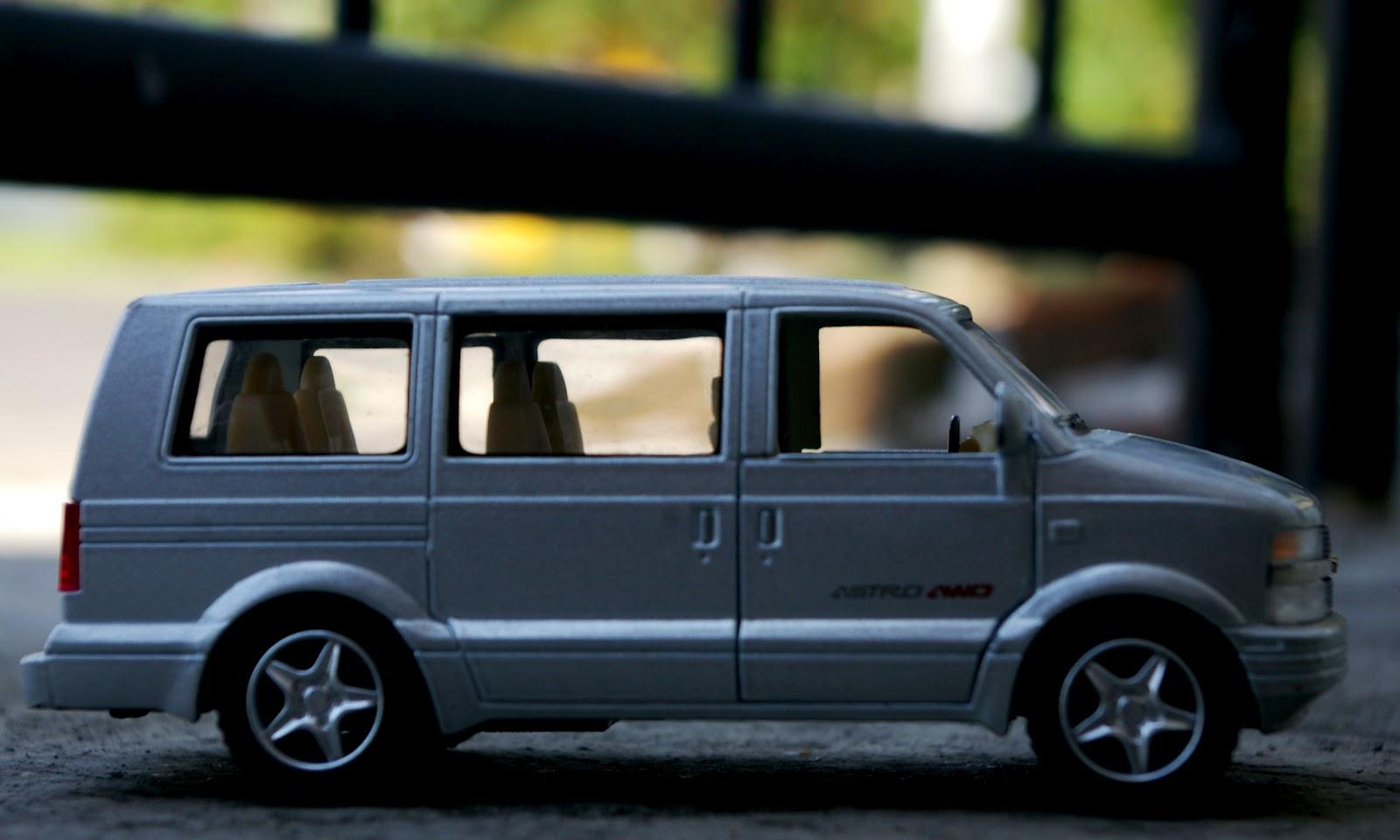 medium resolution of 1 38 kinsmart 2001 chevrolet astro van