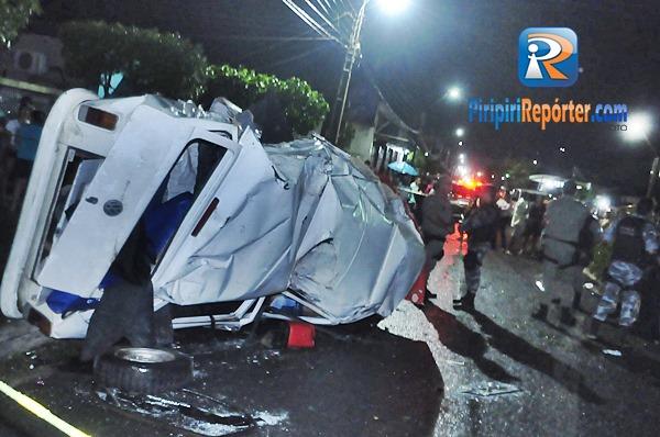 Kombi capota, mulher morre e 5 colegas ficam feridos em Piripiri