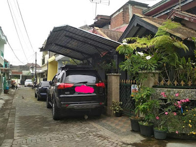 Mobil mewah parkir pinggir jalan umum