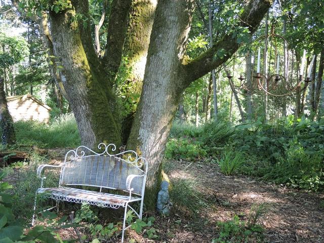 Sitzplatz mit Kerzenleuchter in Hunting Brook Gardens
