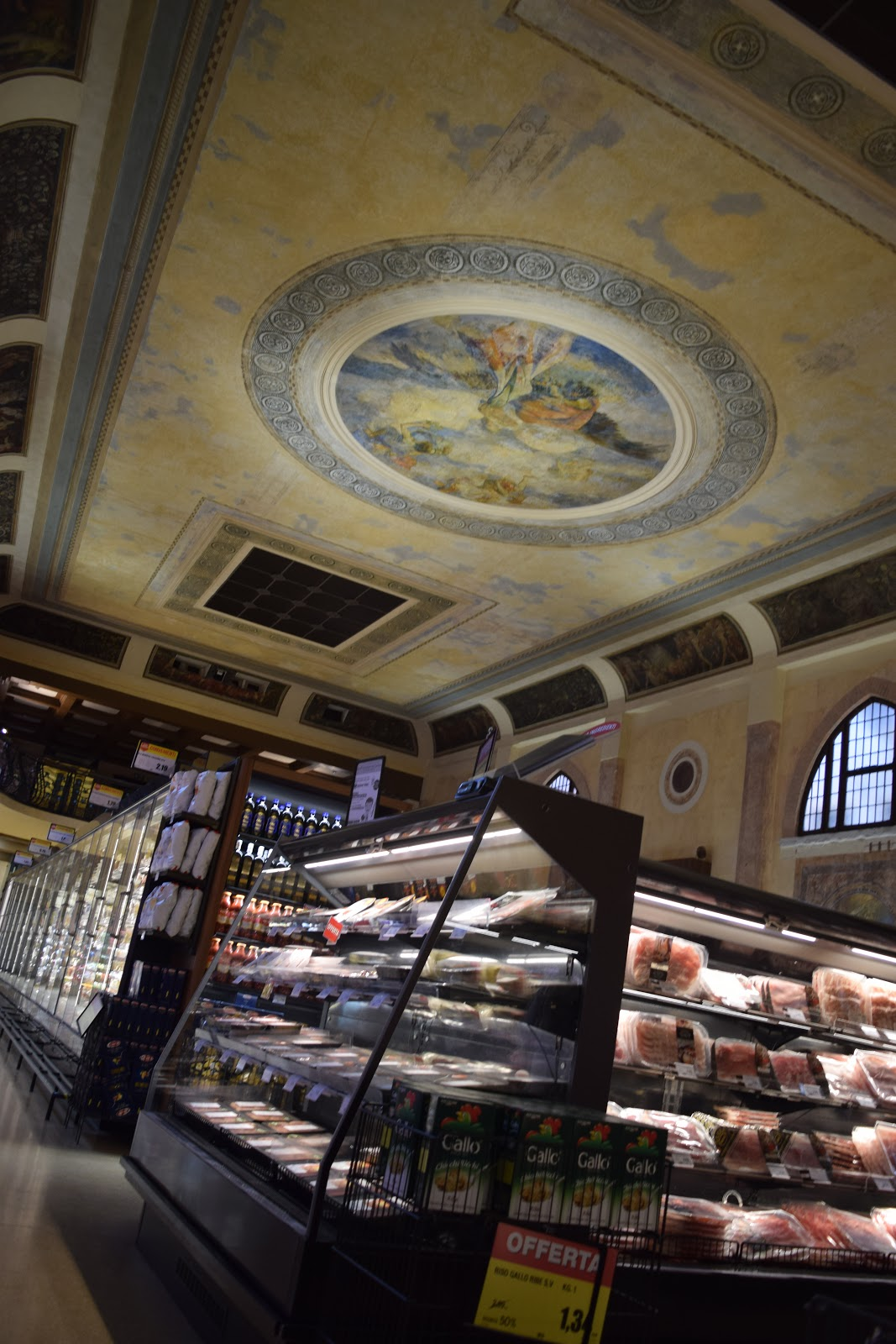 Ex Cinema Teatro Italia: A SPAR supermarket in an old theatre
