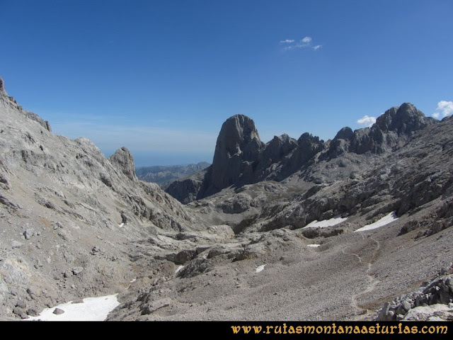Ruta Cabrones, Torrecerredo, Dobresengos, Caín: Desde la Horcada de Caín, vista del pico Urriellu