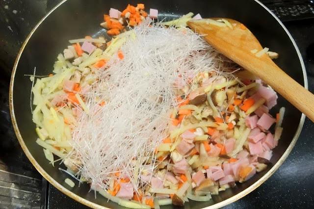 固い食材から炒める