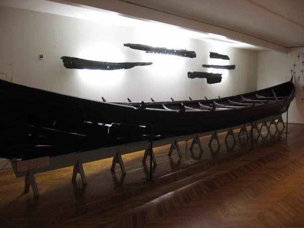 Wczesnośredniowieczna łódź Orunia I, eksponowana w gdańskim Muzeum Archeologicznym