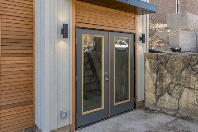 Pintu Rumah kayu dua lantai