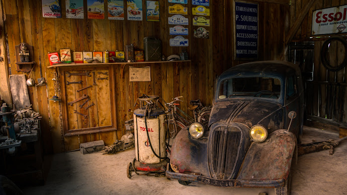 Wallpaper: Old Car in Old Repair Shop