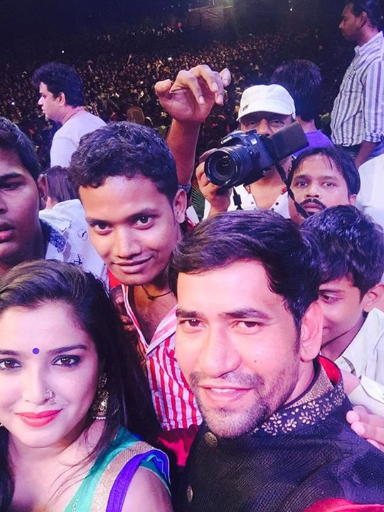 dinesh lal yadav and amrapali selfie Photo