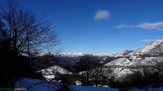 Ruta al Cueto Ventoso y la Burra Blanca desde el Alto de la Colladona.