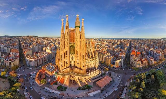 Vista da Sagrada Família e Barcelona