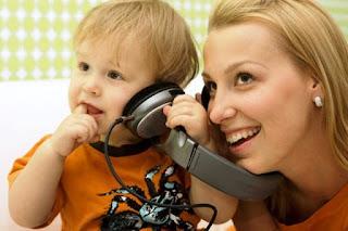 Foto gambar bayi lucu mendengarkan musik 22