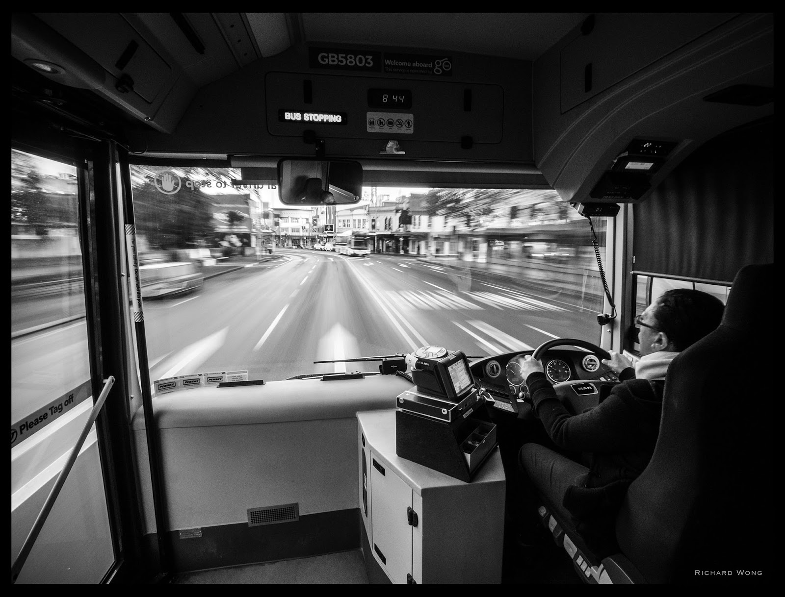 Вид из автобуса в движении