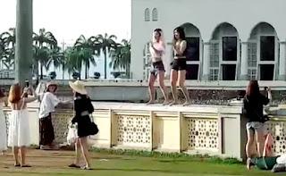 Denda RM25 kerana berdansa depan masjid