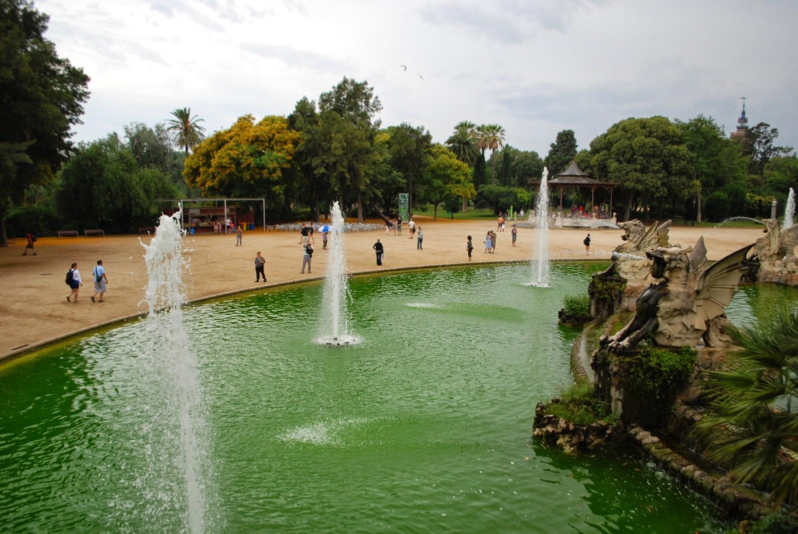 Древовидный монументальный фонтан — Cascada. Парк Цитадели (Сьютаделья, Ciutadella), Барселона, Каталония, Испания. Parc de la Ciutadella, Barcelona, Catalonia, Spain
