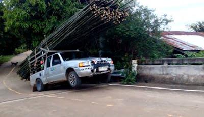 Mobil bak terbuka penuh muatan bambu