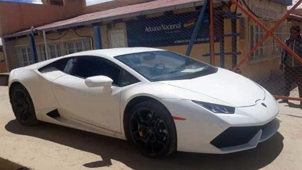 El Lamborghini en almacenes de la Aduana en Patacamaya / RRSS