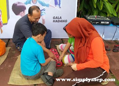 KELUARGA : Ayah Ibu dan Anak tampak asyik memainkan Congklak.  Foto Asep Haryono/www.simplyasep.com