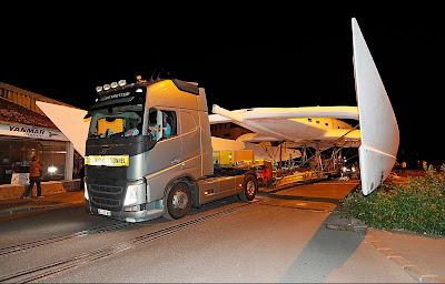 Energy Observer, grand catamaran valorisant les énergies propres, dans les rues de Saint Malo