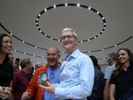 Ο διευθύνων σύμβουλος της Apple, Tim Cook, και ο επικεφαλής σχεδιασμού Jony Ive με το iPhone X