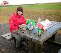 Comiendo en un merendero islandés