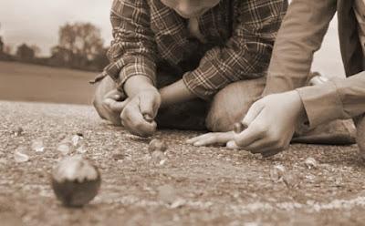 Resultado de imagen para niños jugando a las canicas en los años 70