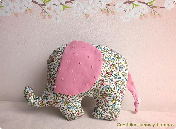 Con hilos, lanas y botones: elefante de flores