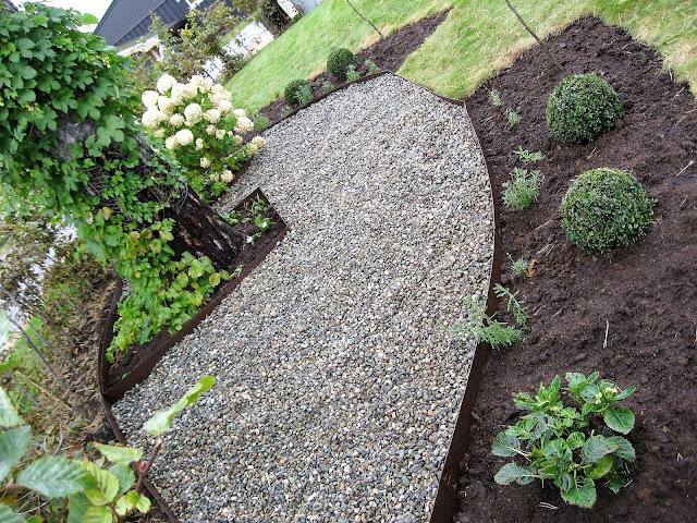 Elvestein er brukelig på flere måter i hagen - elvesingel brukt rundt furua IMG_5874 (2)-min