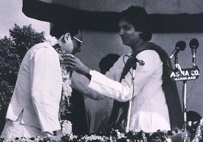 Amitabh Bachchan felicitating Rajiv Gandhi