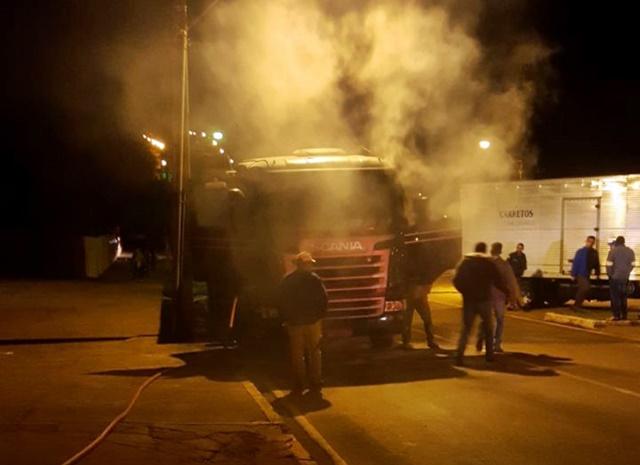 Roncador: Defesa Civil combate incêndio em caminhão na Avenida